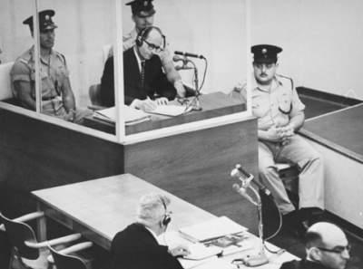 Adolf_Eichmann_takes_notes_during_his_trial_USHMM
