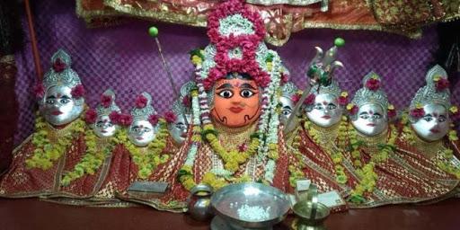 इंदौर के बिजासन माता का मंदिर, जहां मछलियाँ दिलाती हैं माँ दुर्गा का आशीर्वाद
